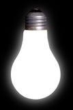 Lampadina bianca sul nero Fotografie Stock Libere da Diritti