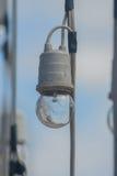 Lampadina che appende sui cavi Fotografia Stock