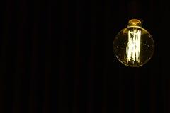 Lampadina che appende sul soffitto con spazio bianco Fotografia Stock
