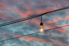 Lampadina che emette luce sul tramonto Fotografia Stock Libera da Diritti