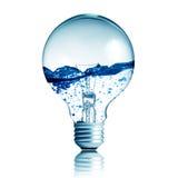 Lampadina con acqua all'interno su priorità bassa bianca Immagine Stock Libera da Diritti