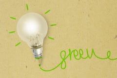 Lampadina con la matita verde su carta riciclata - ecologia e cre fotografia stock