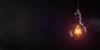 Lampadina d'annata su fondo scuro Fotografia Stock
