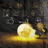 Lampadina 3d su strategia aziendale su fondo di carta sgualcito Fotografie Stock Libere da Diritti
