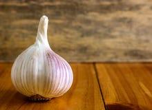 Lampadina del chiodo di garofano di aglio e dell'aglio su fondo di legno Fotografia Stock Libera da Diritti