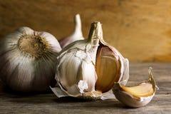 Lampadina del chiodo di garofano di aglio e dell'aglio su fondo di legno Immagine Stock