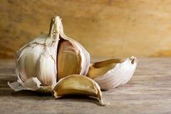 Lampadina del chiodo di garofano di aglio e dell'aglio su fondo di legno Fotografia Stock