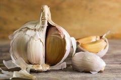 Lampadina del chiodo di garofano di aglio e dell'aglio su fondo di legno Immagine Stock Libera da Diritti