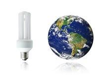 Lampadina del risparmiatore di energia e terra bianche del pianeta Fotografia Stock