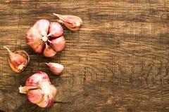 Lampadina dell'aglio e chiodi di garofano di aglio a bordo Immagine Stock