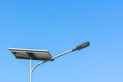Lampadina dell'iluminazione pubblica ed energia solare fotografie stock