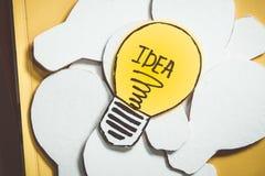 Lampadina della carta di tiraggio di concetto di ispirazione immagine stock