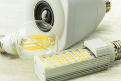 Lampadina di E27 LED con un altoparlante del collegamento di WiFi fra il LED ordinario Fotografie Stock