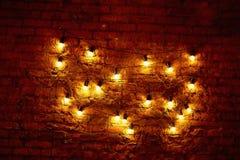 Lampadina di Edison che appende su un cavo lungo Luce gialla calda accogliente retro Immagini Stock