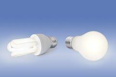Lampadina di energia bassa contro la lampadina normale Fotografia Stock Libera da Diritti