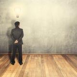 Lampadina di pensiero di idea dell'uomo di affari e parete in bianco per testo e fondo Fotografia Stock