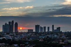 Lampadina di una città della costruzione in un bello tramonto Immagini Stock Libere da Diritti