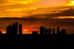 Lampadina di una città della costruzione in un bello tramonto Fotografie Stock