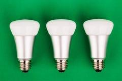 Lampadina di wifi economizzatore d'energia su fondo verde Fotografia Stock Libera da Diritti