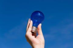 Lampadina e cielo blu Fotografia Stock
