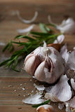 Lampadina e rosmarini sbucciati dell'aglio Fotografia Stock