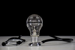 Lampadina e stetoscopio Immagini Stock
