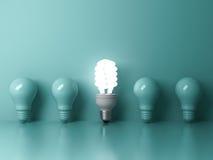 Lampadina economizzatrice d'energia, una lampadina fluorescente compatta d'ardore che sta fuori dalle lampadine incandescenti spe illustrazione di stock