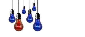 Lampadina rossa e blu - immagine di idea Immagine Stock