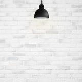 Lampadina sulla parete bianca Fotografia Stock Libera da Diritti