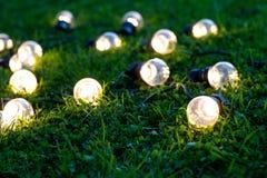 Lampadine all'aperto della luce LED su erba verde, sul giardino o sul patio Immagini Stock Libere da Diritti
