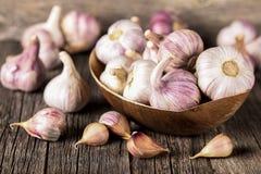 Lampadine dell'aglio del primo piano e chiodi di garofano di aglio su fondo di legno aglio Aglio fresco Immagine Stock