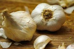 Lampadine dell'aglio e chiodi di garofano di aglio sulla tavola rustica di legno immagine stock libera da diritti