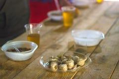 Lampadine dell'aglio sulla tavola di legno immagini stock libere da diritti