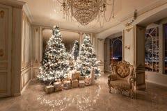 Lampadine della ghirlanda Sera di natale appartamenti lussuosi classici con l'albero di Natale decorato Corridoio vivente grande immagine stock