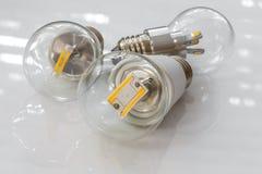 Lampadine di E27 LED con differenti chip luminescenti in trasparente Fotografie Stock