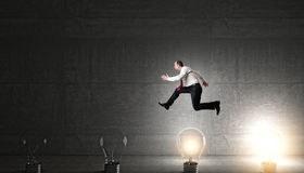 Lampadine di idea e dell'uomo Fotografia Stock