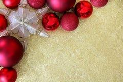 Lampadine di Natale e struttura dell'ornamento della stella su scintillio Backgrou dell'oro Fotografia Stock Libera da Diritti