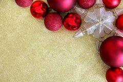 Lampadine di Natale e struttura dell'ornamento della stella su scintillio Backgrou dell'oro Fotografia Stock