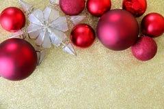 Lampadine di Natale ed albero Topper Framing Gold Glitter Backgr della stella Fotografie Stock Libere da Diritti