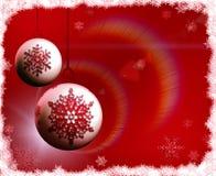 Lampadine di natale su priorità bassa rossa con i fiocchi di neve Fotografia Stock