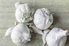 Lampadine e chiodi di garofano dell'aglio su fondo di legno naturale immagine stock