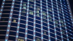 Lampadine multicolori cambianti sulle finestre di un grattacielo stock footage