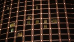 Lampadine multicolori cambianti sulle finestre di un grattacielo archivi video