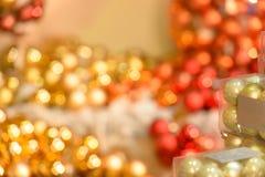 Lampadine rosse e dorate vaghe di Natale Immagini Stock Libere da Diritti