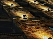 Lampadine sul muro di mattoni Fotografie Stock Libere da Diritti