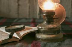Lampan och bokar Arkivbilder