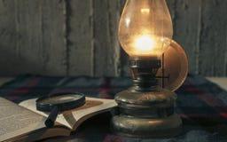 Lampan och bokar Royaltyfri Bild