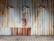 Lampan på Rusted galvaniserade järnplattan med tegelplattagolvet Royaltyfri Fotografi