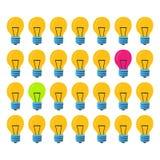Lampan skiner rosa och ett som är gröna Många lampor av det samma formatet Begrepp av lyckade idérika idéer royaltyfri bild