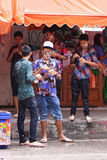LAMPANG,泰国- 2011年4月13日:在青少年Songkran的节日将穿戴与sunglass并且上色礼服 免版税库存照片